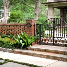 Кованные ворота на садовом участке