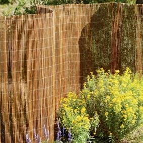 Самодельный забор из ивовых прутьев
