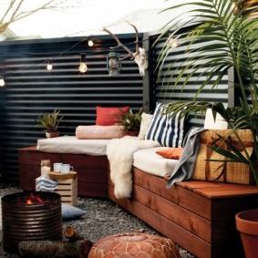 Уютное место для отдыха во дворе