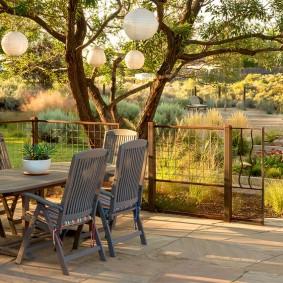 Садовая площадка за сетчатым забором
