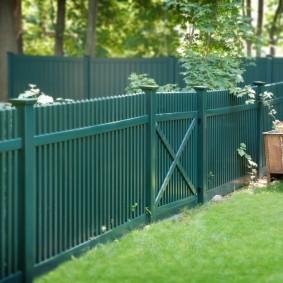 Зеленый забор из деревянного штакетника