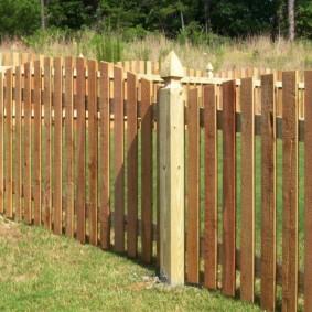 Дачный забор на деревянных столбах