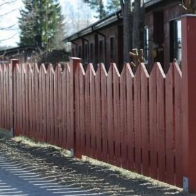 Садовый забор из широких досок