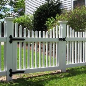 Белый забор в американском стиле