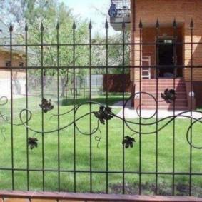 Декоративный забор из металлических прутьев