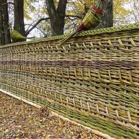 Плетенный забор на дачном участке