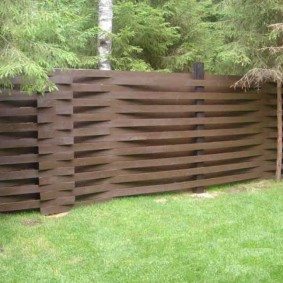 Дачный плетенный забор из дерева