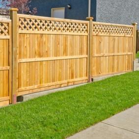 Деревянный забор на участке со склоном