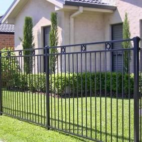 Металлическая ограда дачного участка