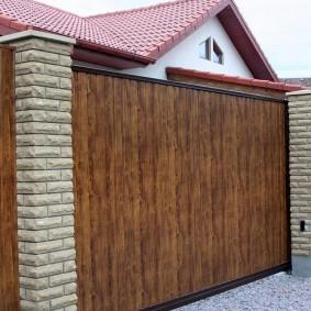 Деревянные ворота на стальном каркасе