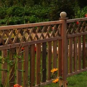 Невысокий забор из соснового пиломатериала