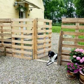 Простой забор во дворе загородного дома