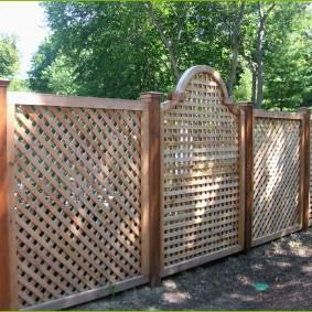 Решетчатый забор на столбах из дерева