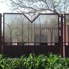 Комбинация поликарбоната с металлическим забором