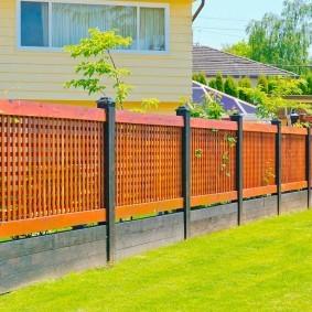Современный забор с деревянными секциями