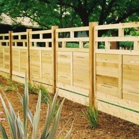 Аккуратный забор из древесины твердых пород
