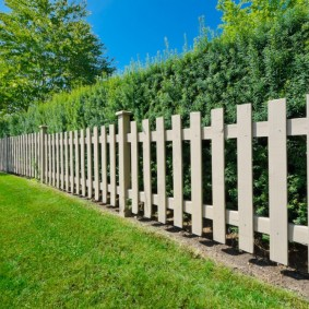 Простой забор из широких сосновых досок