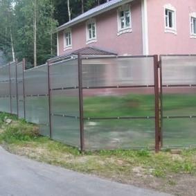 Ограждение садового участка забором из поликарбоната