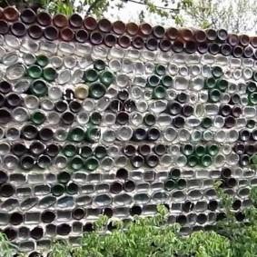 Глухая изгородь из стеклянных бутылок