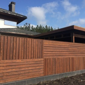 Стильный забор из деревянных деталей