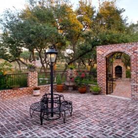 Клинкерная плитка во дворе загородного дома