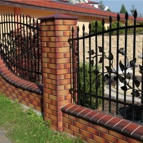 Металлический забор с художественной ковкой