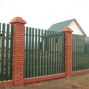 Забор из оцинкованного штакетника на кирпичных столбах
