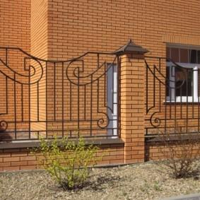 Ограждение участка забором с кирпичными столбиками