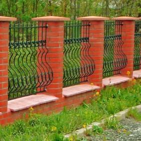 Невысокий забор в классическом стиле