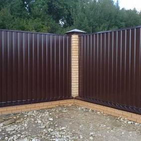 Угол дачного участка с забором темно-коричневого цвета