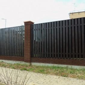 Высокий забор на ленточном фундаменте