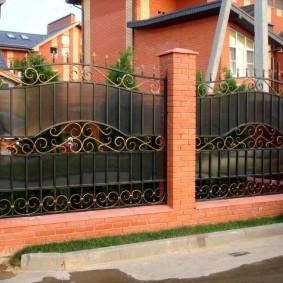Вставки из поликарбоната на металлическом заборе