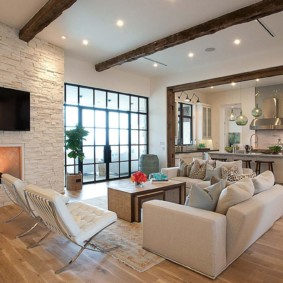 Освещение зала с деревянными балками на потолке