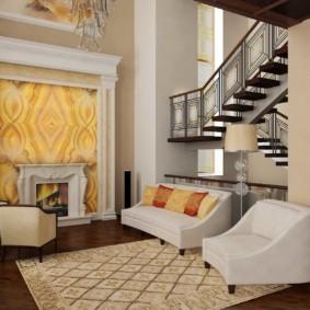 Мягкая мебель в холле двухэтажного дома