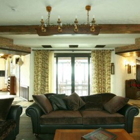 Прямой диван темно-коричневого цвета