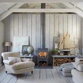 Камин-буржуйка в комнате скандинавского стиля