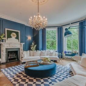 Синие стены в комнате с большими окнами