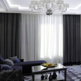 Комбинация черных и серых штор в интерьере зала