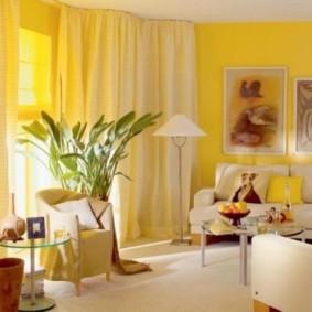 Желтые занавески в светлом зале