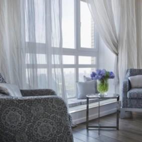Легкие полупрозрачные шторы на большом окне