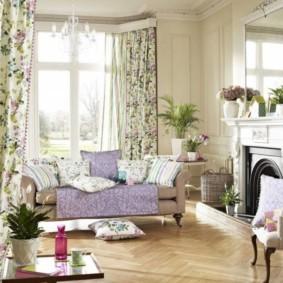 Цветочный принт на шторах в комнате с камином
