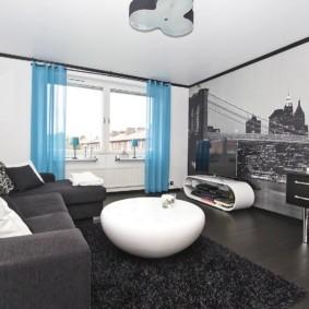 Голубые шторы в гостиной с фотообоями