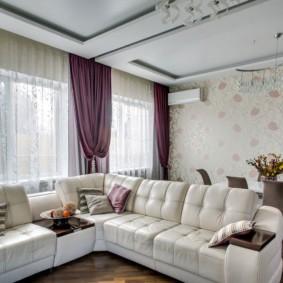 Двухуровневый потолок в светлой гостиной