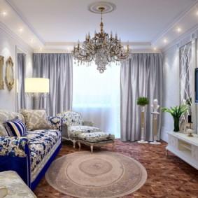 Стеклянная люстра в зале с пестрым диваном