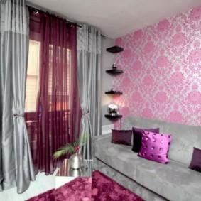 Уютная гостиная с красивыми занавесками