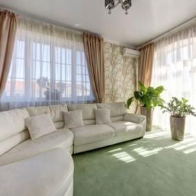 Интерьер угловой гостиной с двумя окнами