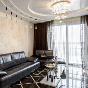 Черный диван в зале с панорамным окном