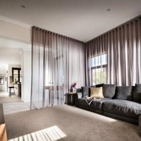 Легкие шторы во всю стену гостиной комнаты