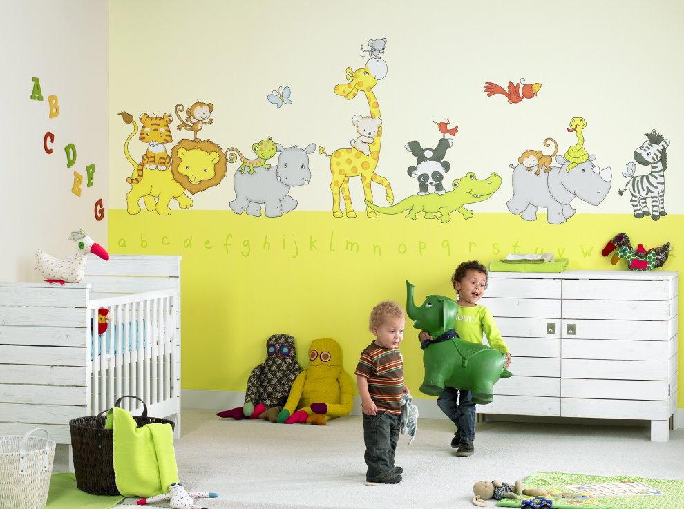Дети дошкольного возраста в комнате с фотообоями