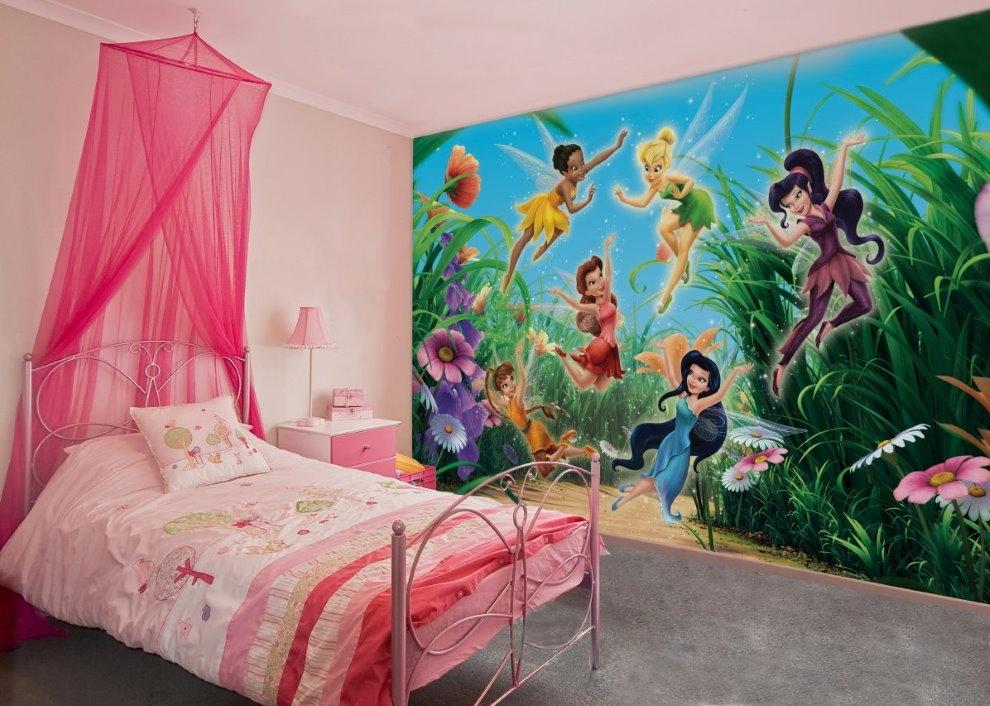 Розовый балдахин в комнате с фотообоями